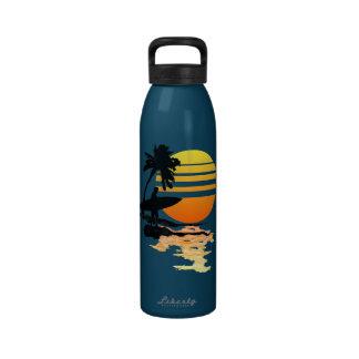 Salida del sol que practica surf botallas de agua