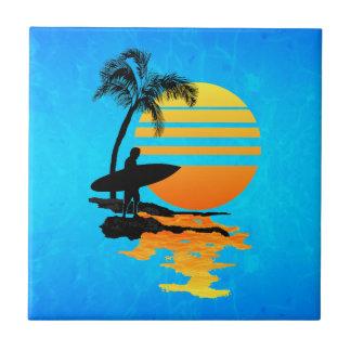 Salida del sol que practica surf azulejo cuadrado pequeño