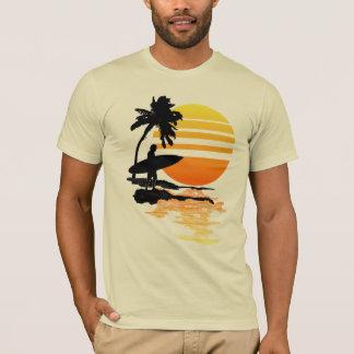 Salida del sol que practica surf playera
