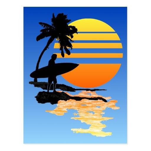 Salida del sol que practica surf postal