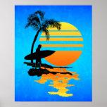 Salida del sol que practica surf póster