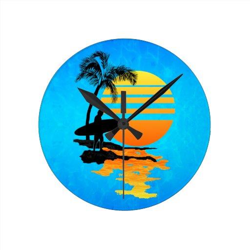 Salida del sol que practica surf reloj redondo mediano