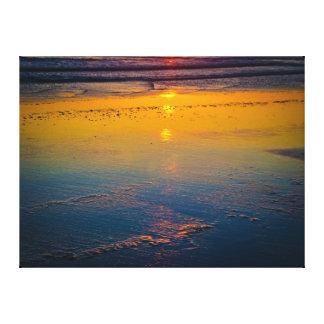 Salida del sol que refleja en la playa y la costa  lienzo envuelto para galerias