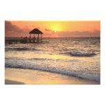 Salida del sol reservada de la mañana sobre el mar fotografías