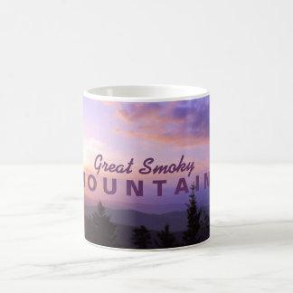 Salida del sol rosada - Great Smoky Mountains Taza Básica Blanca