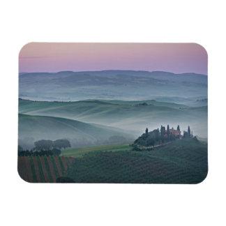 Salida del sol rosada sobre un paisaje de Toscana Iman De Vinilo
