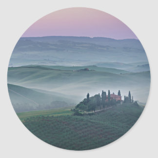 Salida del sol rosada sobre un paisaje de Toscana Pegatina Redonda