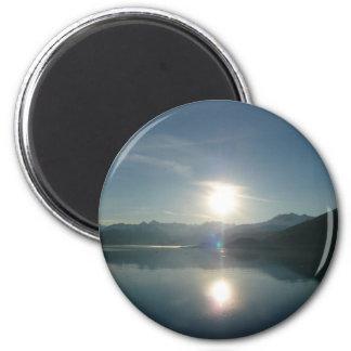 Salida del sol sobre el imán del fiordo de la univ