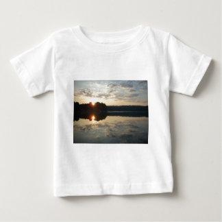 Salida del sol sobre el lago playera de bebé