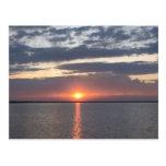 Salida del sol sobre el lago postal