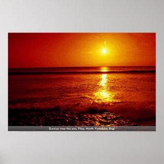 Salida del sol sobre el mar, Filey, North Yorkshir Poster