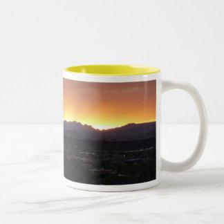 Salida del sol sobre el paisaje de San Jorge Utah Taza De Dos Tonos