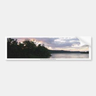 Salida del sol sobre el río en el parque del punto pegatina de parachoque