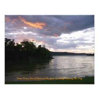 Salida del sol sobre el río en el parque del punto invitación