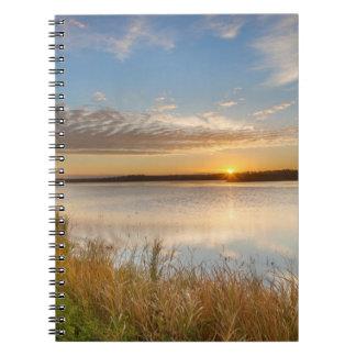 Salida del sol sobre humedales en el nacional de notebook