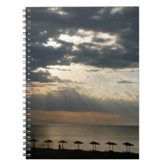 Salida del sol sobre la playa en el cuaderno de Gr