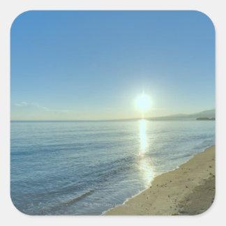Salida del sol sobre la playa tropical prístina calcomanías cuadradas personalizadas
