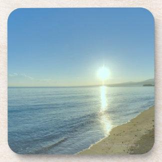 Salida del sol sobre la playa tropical prístina posavasos de bebida