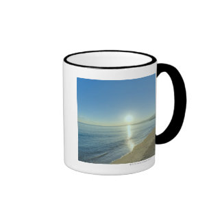 Salida del sol sobre la playa tropical prístina taza de café