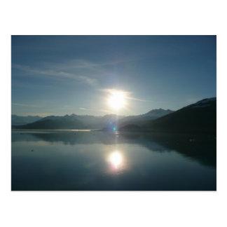 Salida del sol sobre la postal del fiordo de la un
