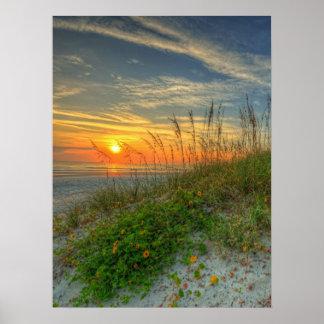 Salida del sol sobre las dunas de arena en Daytona Póster