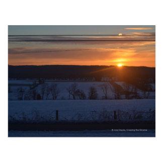 Salida del sol sobre nieve tarjeta postal