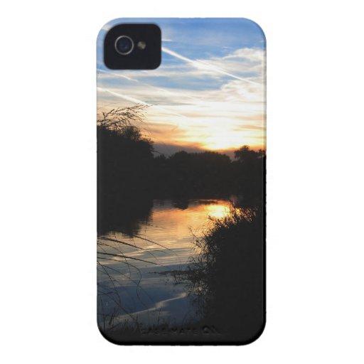 Salida del sol sobre un río Case-Mate iPhone 4 protector