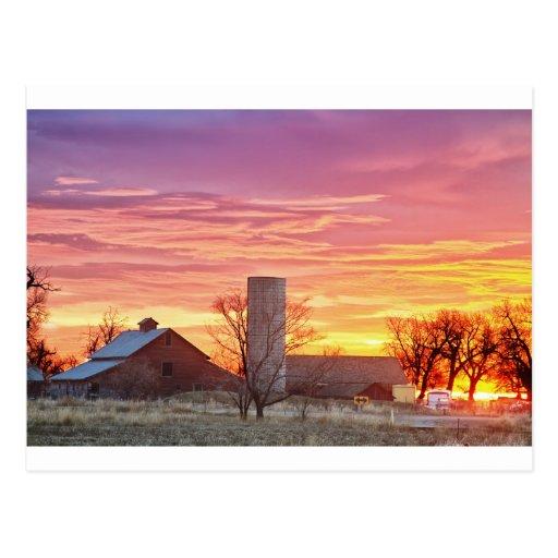 Salida del sol temprana de la mañana del país tarjeta postal