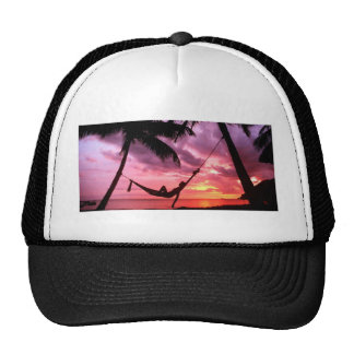 Salida del sol tropical en una hamaca gorra