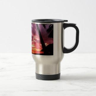 Salida del sol tropical en una hamaca tazas de café