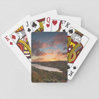 Salida del sol viva sobre el lago de las nubes en baraja de cartas