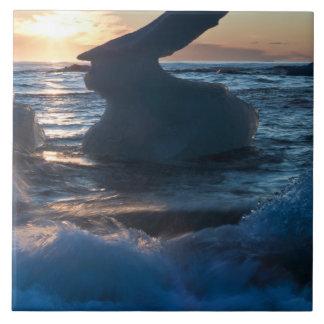 Salida del sol y formación del iceberg en la playa azulejos ceramicos