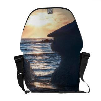 Salida del sol y formación del iceberg en la playa bolsas de mensajería