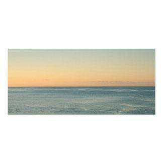 Salida del sol y océano sereno tarjeta publicitaria a todo color