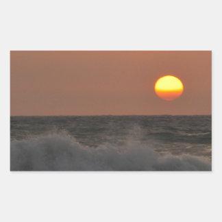 Salida del sol y ondas rectangular pegatina