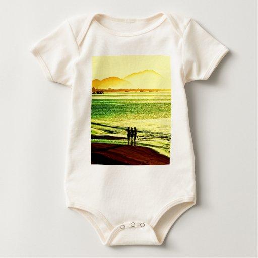 salida del sol y paz de la playa del paseo trajes de bebé