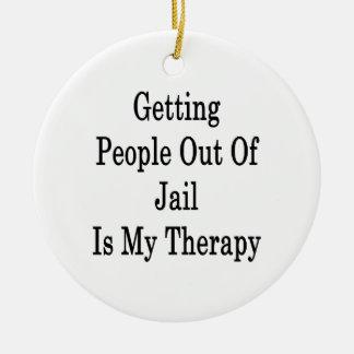 Salir a gente fuera de cárcel es mi terapia adorno navideño redondo de cerámica