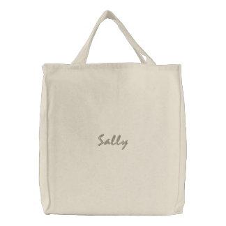 Sally personalizó la bolsa de asas bordada