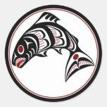 Salmones del noroeste del arte del Haida de la Pegatina Redonda