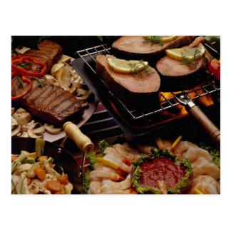 Salmones, filetes de carne de vaca y cóctel asados tarjeta postal