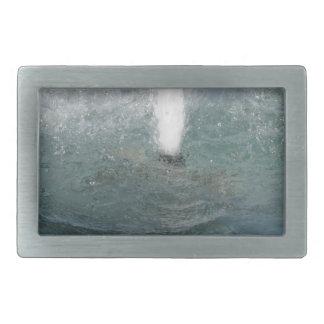 Salpica del agua de la fuente en un día soleado hebilla cinturón rectangular