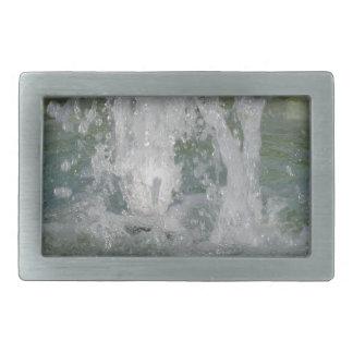 Salpica del agua de la fuente en un día soleado hebillas cinturon rectangulares