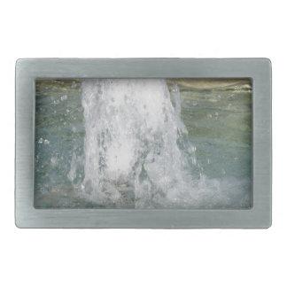 Salpica del agua de la fuente en un día soleado hebillas de cinturon rectangulares