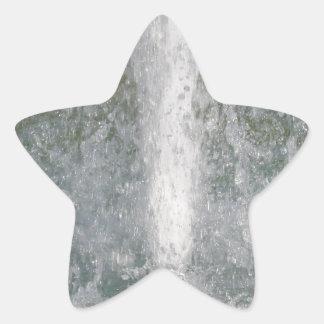 Salpica del agua de la fuente en un día soleado pegatina en forma de estrella