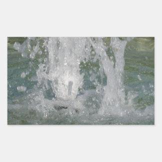 Salpica del agua de la fuente en un día soleado pegatina rectangular