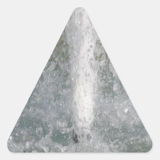 Salpica del agua de la fuente en un día soleado pegatina triangular