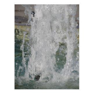 Salpica del agua de la fuente en un día soleado postales