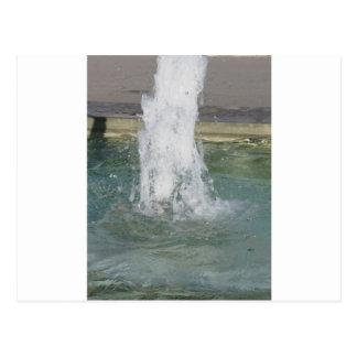 Salpica del agua de la fuente en un día soleado tarjeta postal