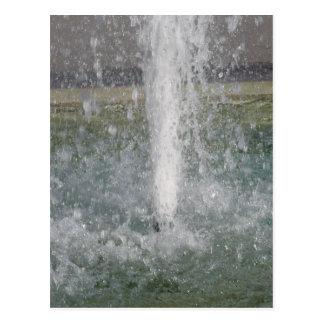 Salpica del agua de la fuente en un día soleado tarjetas postales