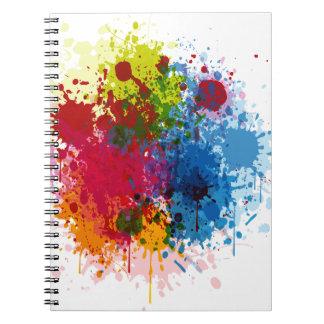 Salpicadura colorida de la pintura libros de apuntes con espiral